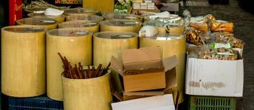 Especias, tés, productos tradicionales por todas partes fotografía de archivo