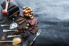 Especias y chocolate dulces en una tabla Imágenes de archivo libres de regalías