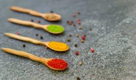 Especias y condimentos para cocinar en la composici?n en la tabla imágenes de archivo libres de regalías