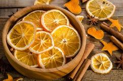especias y cuenco con la naranja seca en fondo de madera Foto de archivo libre de regalías