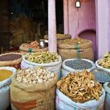 Especias y otras mercancías en el viejo mercado de Bikaner la India Foto de archivo libre de regalías