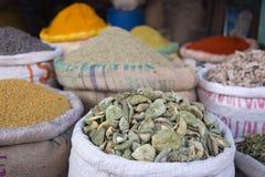 Especias y otras mercancías en el viejo mercado de Bikaner la India Fotografía de archivo