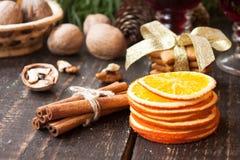 Especias y pan de jengibre de la Navidad Foto de archivo libre de regalías
