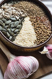 Especias y semillas en cuenco de cerámica condimento Anuncio natural colorido Imagen de archivo libre de regalías