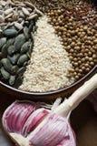 Especias y semillas en cuenco de cerámica condimento Anuncio natural colorido Imagen de archivo