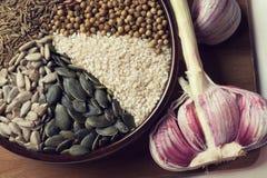 Especias y semillas en cuenco de cerámica condimento Anuncio natural colorido Fotos de archivo
