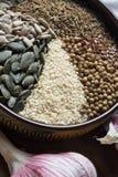 Especias y semillas en cuenco de cerámica condimento Anuncio natural colorido Fotografía de archivo libre de regalías