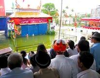 Espectáculo de marionetas del agua del reloj de la gente en Hai Duong Fotografía de archivo libre de regalías