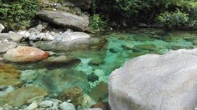 Espectáculo del río y de las rocas foto de archivo