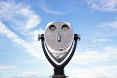 Espectador binocular en la playa Imagenes de archivo