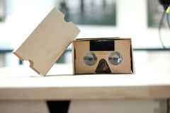 Espectador de la realidad virtual de la cartulina del vídeo 360 abierto Fotos de archivo