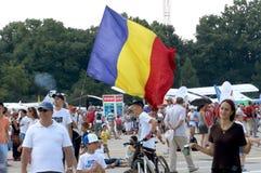 Espectador en el PREJUICIO con la bandera rumana fotos de archivo
