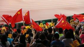 Espectadores chinos que agitan banderas nacionales en los campeonatos Pekín 2015 del mundo de IAAF fotografía de archivo libre de regalías