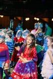 Espectadores de teatro jovenes niños que miran entusiasta el teatro Smeshariki del espectáculo de marionetas de la Navidad de los Fotografía de archivo