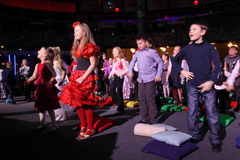 Espectadores de teatro jovenes niños que miran entusiasta el teatro Smeshariki del espectáculo de marionetas de la Navidad de los Fotos de archivo