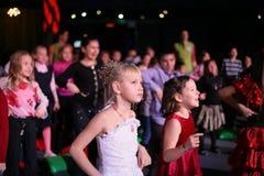 Espectadores de teatro jovenes niños que miran entusiasta el teatro Smeshariki del espectáculo de marionetas de la Navidad de los Imagen de archivo libre de regalías