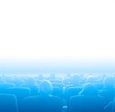 Espectadores en el cine, azul que entona el espacio blanco de la copia Imagen de archivo