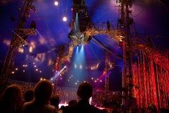 Espectadores en la representación de Cirque du Soleil Imagenes de archivo