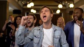 Espectadores felizes do f?sforo que cheering para a equipe, entusiasmo do campeonato, apoio foto de stock