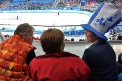 Espectadores femeninos en el estadio del cortocircuito-viaje del patinaje de velocidad Fotos de archivo libres de regalías