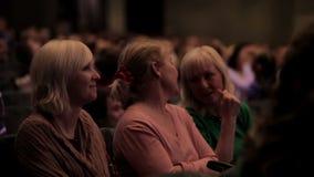Espectadores femeninos que miran la demostración metrajes