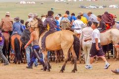 Espectadores na corrida de cavalos de Nadaam, Mongólia fotos de stock royalty free