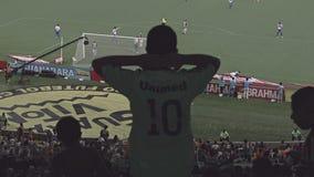 Espectadores no estádio de futebol de Maracana