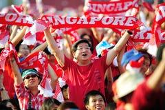 Espectadores que acenam scarves de Singapore durante NDP 201 Imagens de Stock