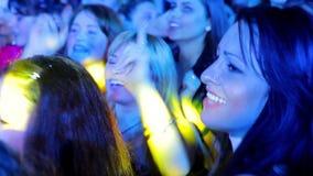 Espectadores que bailan en el concierto metrajes