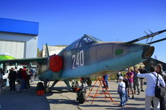 Espectadores que exploran el aeroplano de los militares del ¡Ñƒ-25 de Ð Fotografía de archivo