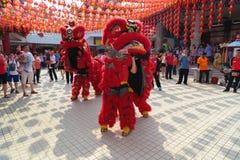 Espectadores que miran funcionamiento de la danza de león Fotos de archivo libres de regalías