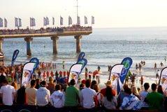 Espectadores que miran a nadadores Fotos de archivo libres de regalías