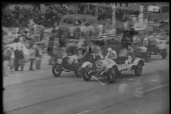 Espectadores que olham a raça de carro vídeos de arquivo