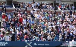 Espectadores que se colocan en Arthur Ashe Stadium para el funcionamiento americano del himno durante la ceremonia de inauguración Imagenes de archivo