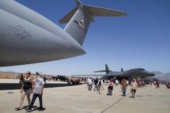 Espectadores y aviones enormes Foto de archivo libre de regalías