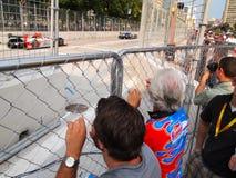 Espectadores y coches de carreras magníficos de Prix Imágenes de archivo libres de regalías