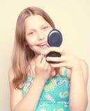 Espejo adolescente feliz de la tenencia de la muchacha Fotografía de archivo libre de regalías
