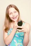 Espejo adolescente feliz de la tenencia de la muchacha Fotos de archivo