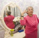 Espejo cercano de la mujer mayor Imagen de archivo libre de regalías