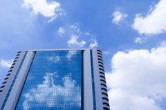 Espejo constructivo con el cielo Fotografía de archivo libre de regalías