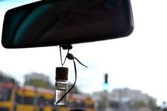 Espejo de coche con la tranvía en el fondo Imágenes de archivo libres de regalías
