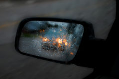 Espejo de coche en lluvia y tráfico Imagen de archivo libre de regalías