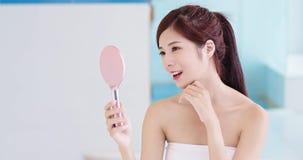 Espejo de la toma de la mujer de la belleza fotografía de archivo libre de regalías