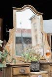 Espejo de madera sucio del viejo vintage adornado con las flores al aire libre Fotografía de archivo