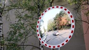 Espejo del borde de la carretera almacen de metraje de vídeo