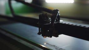 Espejo del corte de m?quina del CNC con un laser M?quina del CNC en el trabajo Primer almacen de video