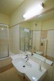 Espejo del cuarto de baño foto de archivo