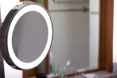 Espejo en cuarto de baño Imagenes de archivo
