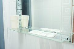Espejo en cuarto de baño fotografía de archivo