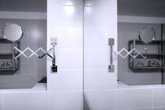 Espejo en cuarto de baño Fotografía de archivo libre de regalías